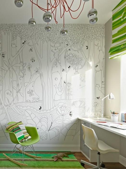 Разукрашенная стена в детской комнате, которая прилегает к рабочей зоне.