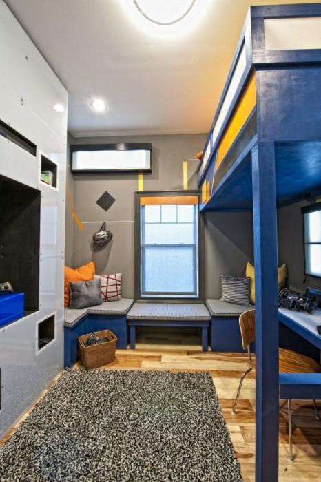 Двухъярусная кровать с рабочей зоной — идеальный вариант для небольшой детской спальни.