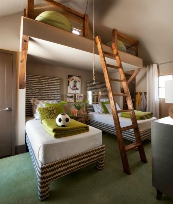 Детская спальня для двух мальчиков с местом для игр под потолком на втором ярусе.