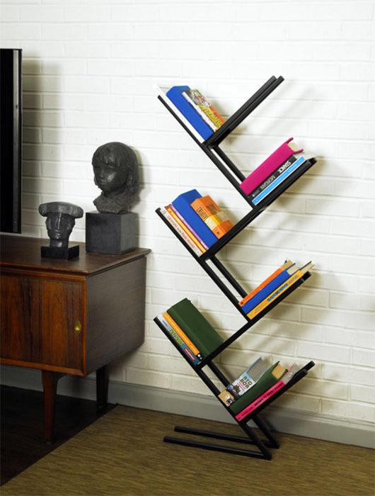 Оригинальный стеллаж для хранения книг станет прекрасной альтернативой привычным стационарным конструкциям, которое занимает массу свободного пространства.