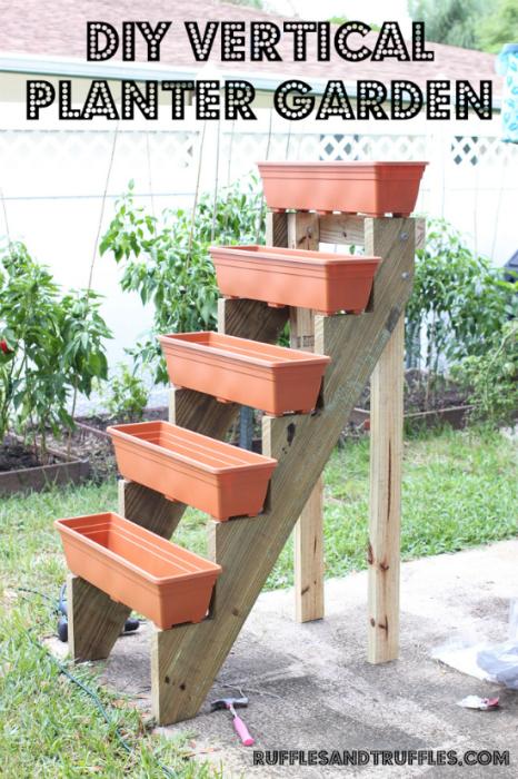 Используя старую деревянную лестницу можно изготовить оригинальные подвесные горшочки для вертикального озеленения.