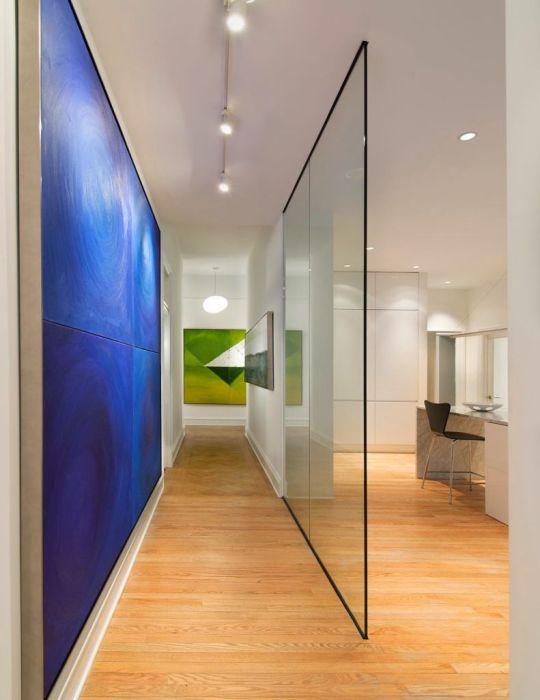 Межкомнатная шумопоглощающая перегородка из стекла, которая позволит организовать рабочую зону в комнате.