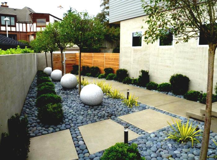 Каменные сферы, большие дорожки, сочетание декоративных и натуральных растений, позволят создать эффективное и красивое оформление прилегающей к дому территории.