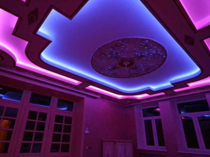 В современном дизайне широко используется светодиодная подсветка потолков.
