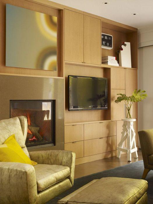 Оформление стены с камином и зоной для просмотра телевизора выполнено в едином стиле.