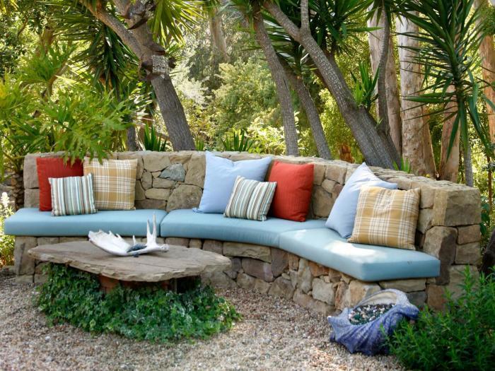 Комбинированная каменная скамейка для ландшафтного дизайна.