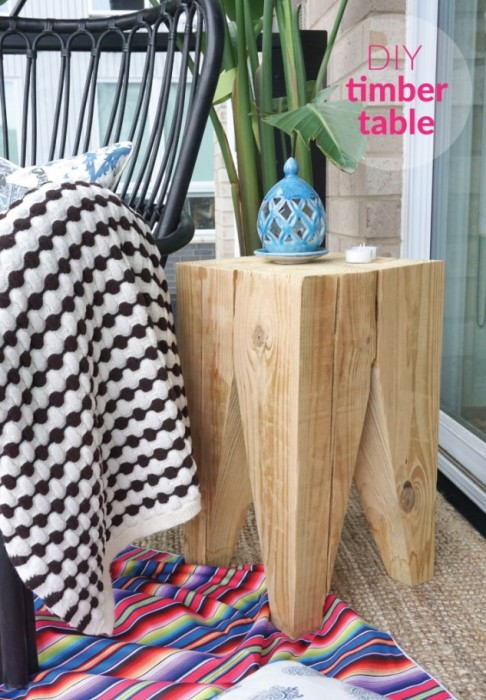 Оригинальная тумбочка, выполненная из цельного куска древесины, которая может выполнять роль небольшого кофейного столика.