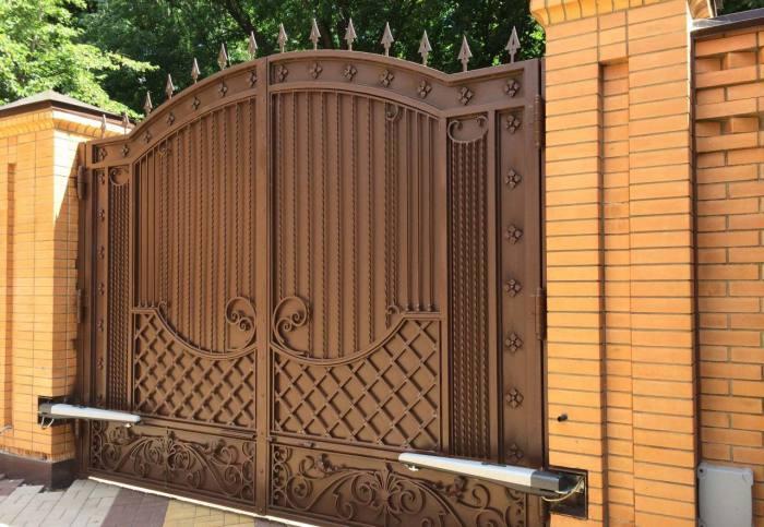 Массивные электрические ворота для загородного дома.