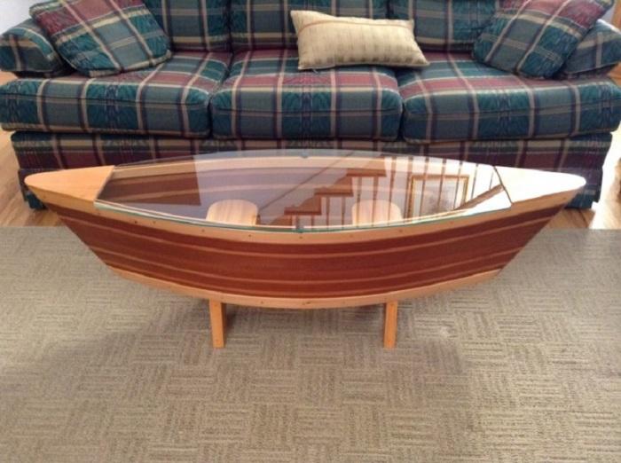 Деревянный столик в виде лодки покрытый лаком.