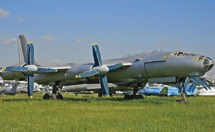 Ту-95М в экспозиции музея на одном из Московских аэродромов.