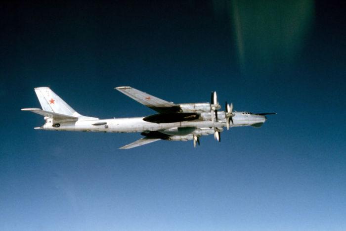 Фото советского турбовинтового стратегического бомбардировщика Ту-95, с борта американского истребителя F-4 «Фантом» в мае 1983 года.