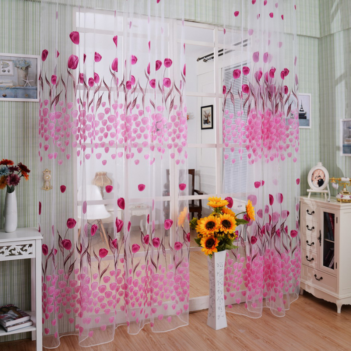 Розовые портьеры в гостиной комнате.