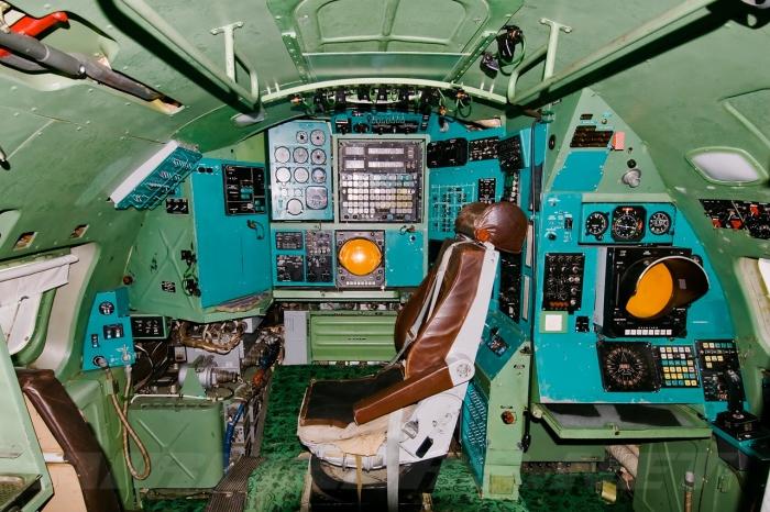 Рабочее место штурмана, в обязанности которого входит прокладывание курса, исчисление перемещений и отметка передвижений на цифровой или топографической карте, а также контроль за исправной работой навигационных приборов и систем.