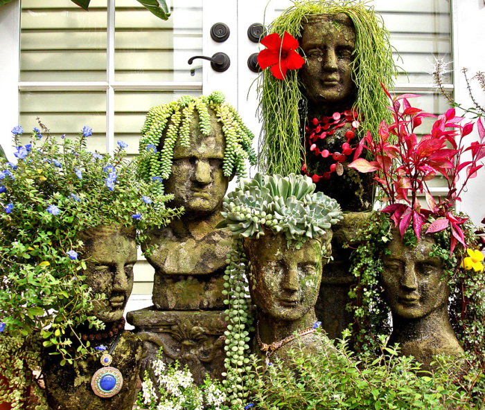 Горщики в формі бетонних бюстів з квітами-зачісками, які подарують тільки позитивний настрій.