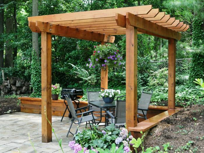 Простая конструкция деревянной биоклиматической беседки.