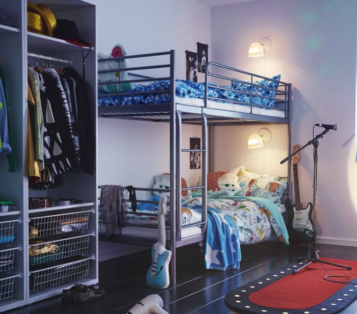 Двухъярусная кровать с идеально подобранным освещением в интерьере подростковой комнаты.