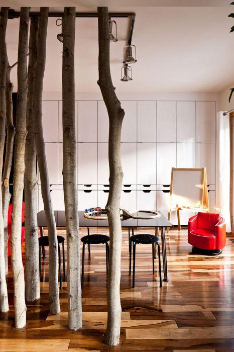 Перегородка из дерева для зонирования пространства, которая подойдёт практически к любому стилю.