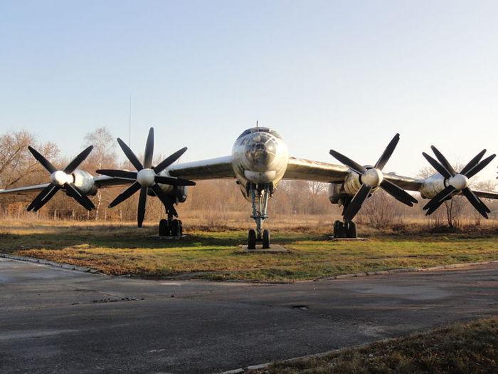 Ту-95У стоящий на аэродром Узин на котором, базировалась 106-я тяжелая бомбардировочная авиационная дивизия.