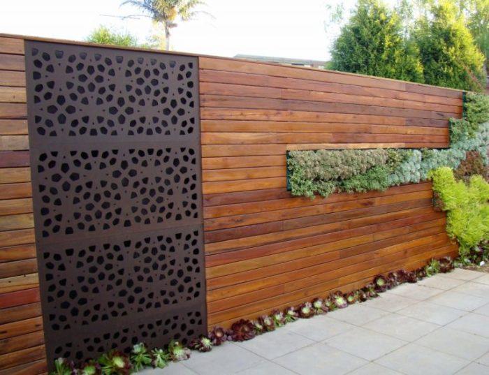 Класичне поєднання дерева і металу дозволило створити незвичайний комбінований паркан.