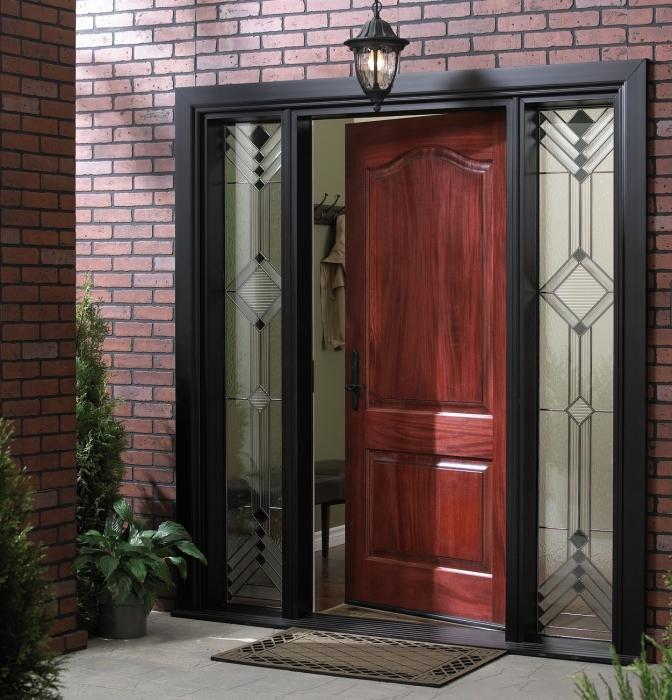 Входная дверь может стать ярким и необычным элементом фасада.
