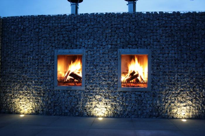 Архитектурное сооружение, созданное из габионной сетки, заполненной камнями.