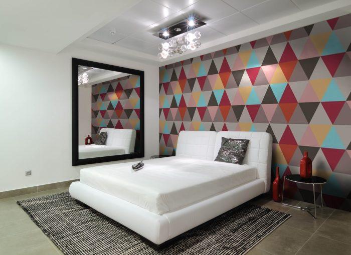 Обои из разноцветных ромбиков могу стать изюминкой в вашем доме.