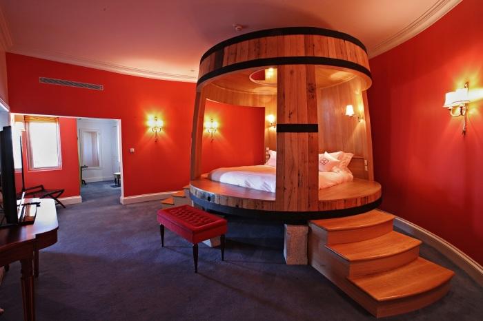 Любители дорогих коньячных и винных изделий оценят необыкновенную деревянную кровать, сделанную в виде традиционной винной бочки.