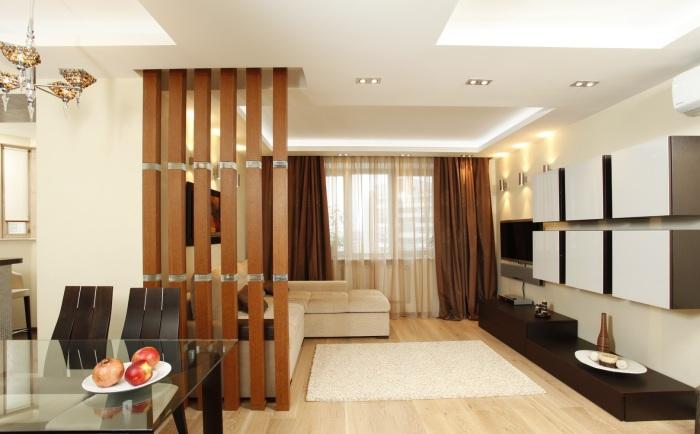 Стационарная деревянная конструкция, которая удачно разделит пространство.