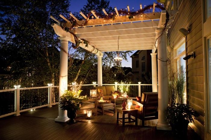Уютная терраса открытого типа с искусственным освещением, отличное решение для загородного дома.