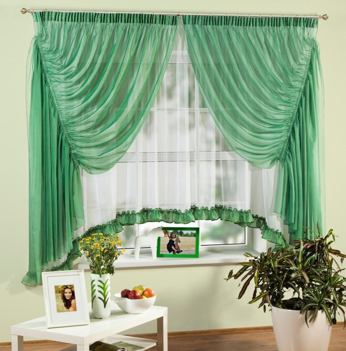 Сочетания цвета в комнате с салатовыми шторами.