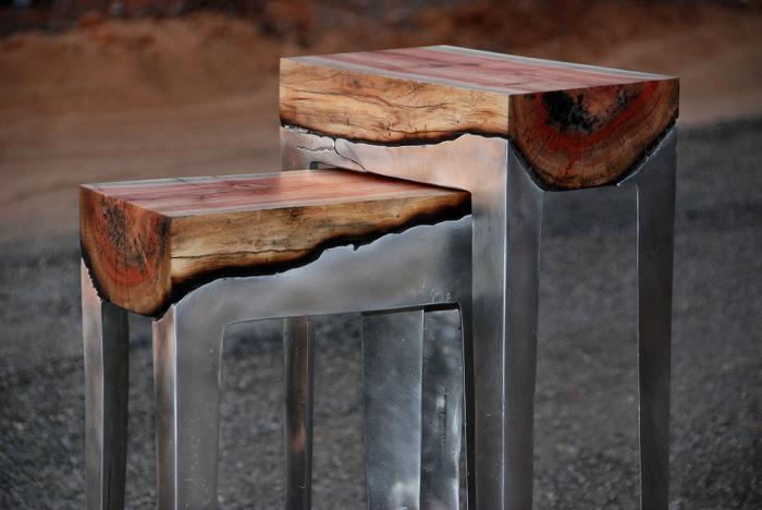 Табуретки из дорогой тёмной древесины и нержавеющего металла.