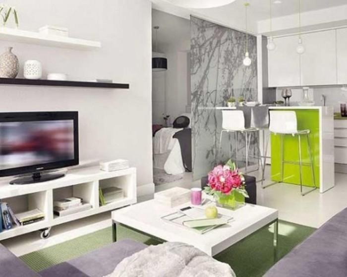 Светлые тона в гостиной комнате, которые визуально расширяют пространство.