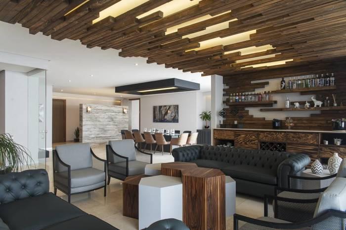 Интерьер с множеством деревянных элементов вызовет ассоциацию с богатым и роскошным старинным домом.