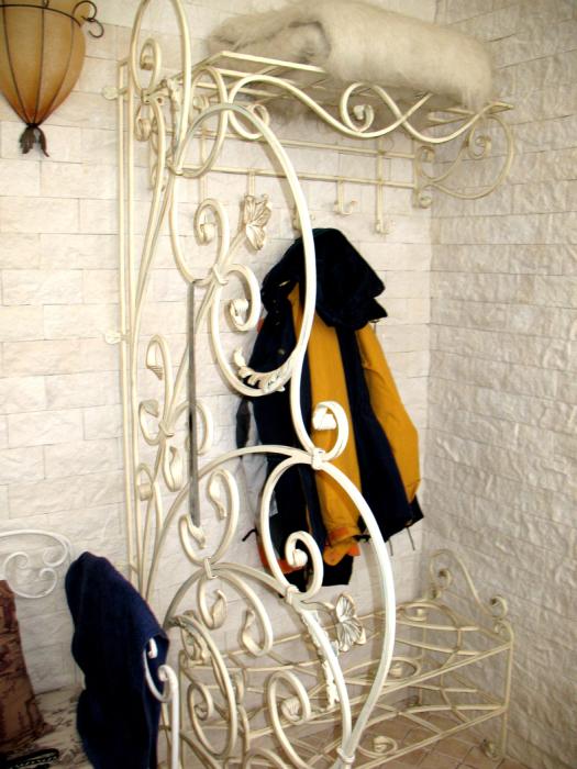 Кованая вешалка гармонично дополняющая дизайн помещения.
