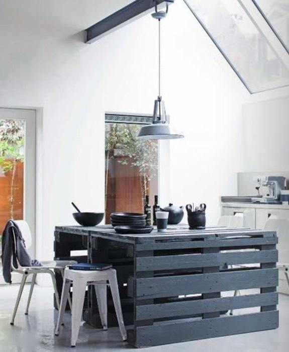 Из нескольких деревянных поддонов можно смастерить большой обеденный стол, который идеально впишется в любой современный кухонный интерьер.