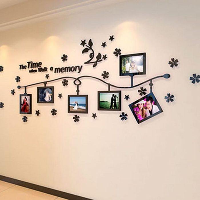 Оригинальная настенная галерея с фотографиями из свадебного путешествия.