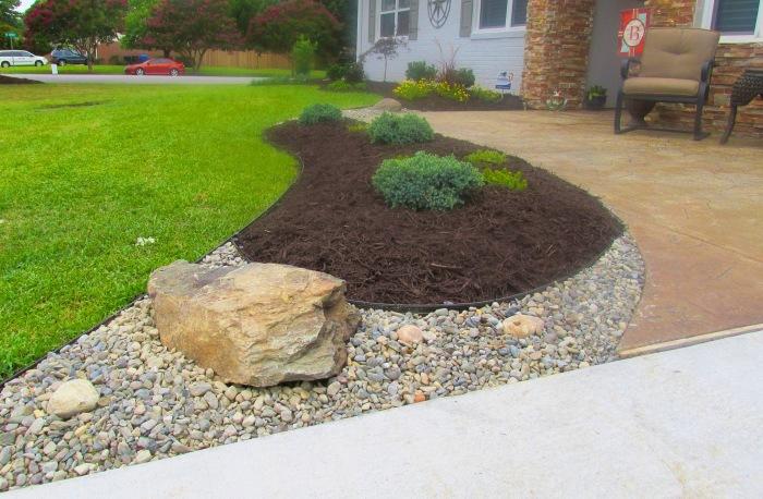 Обыкновенные камни и крупные валуны прекрасно подойдут для оформления современного ландшафтного дизайна.