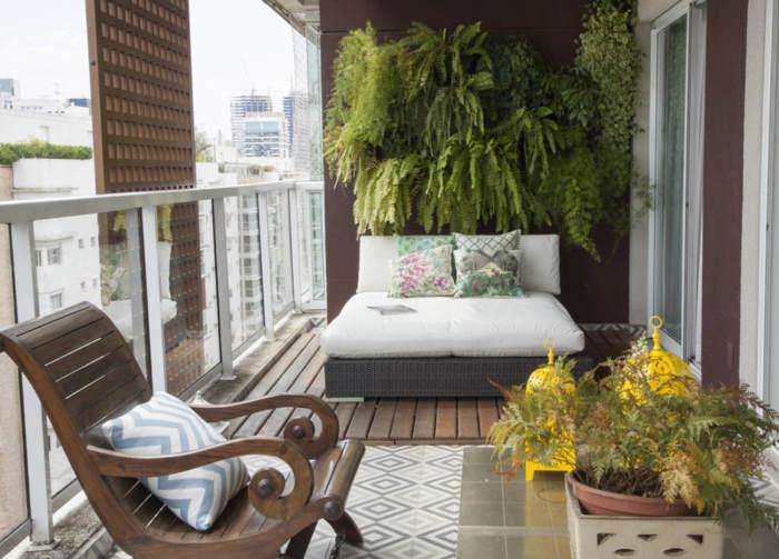 Вертикальное озеленение современного балкона нужно планировать не менее тщательно, чем интерьер других помещений.