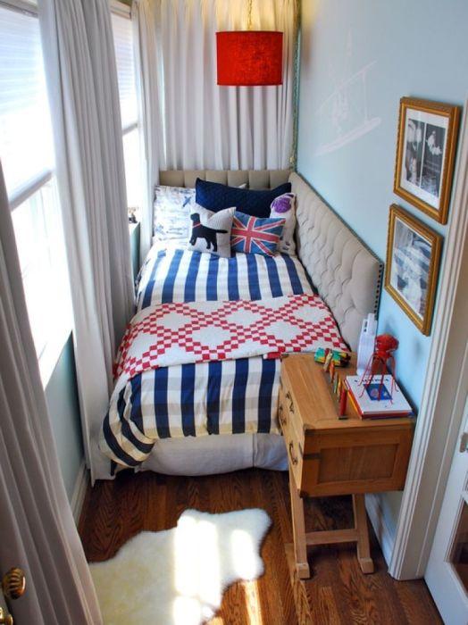 Простой и доступный современный интерьер балкона с местом для отдыха.