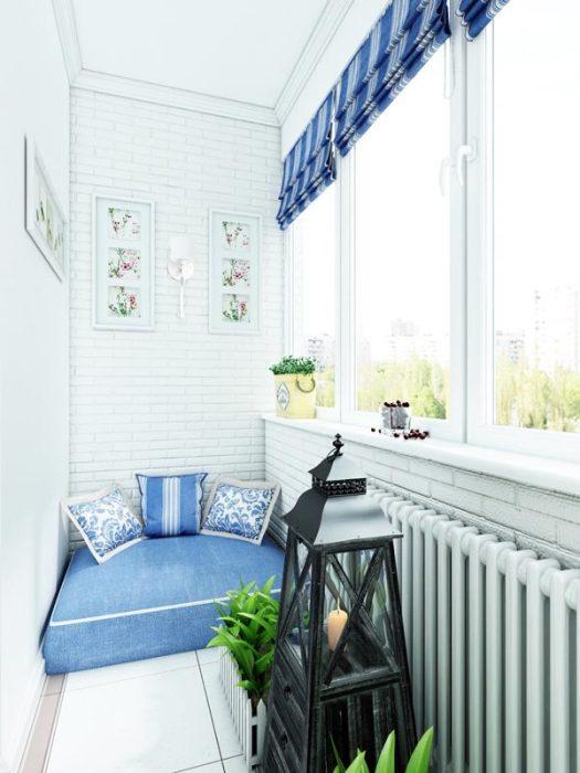 Максимально уютный балкон с непринужденным и по-настоящему домашним интерьером.