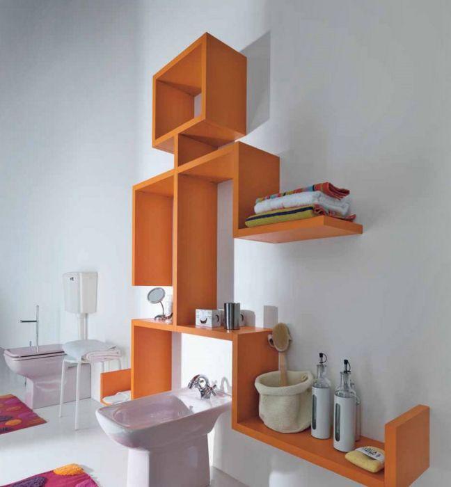 Яркий оранжевый стеллаж в форме человека, который полностью решит вопрос размещения туалетных принадлежностей.