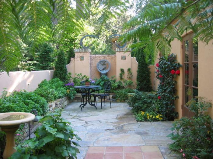 Очаровательная площадка для отдыха, окруженная пышными растениями, спрятанная от посторонних глаз.