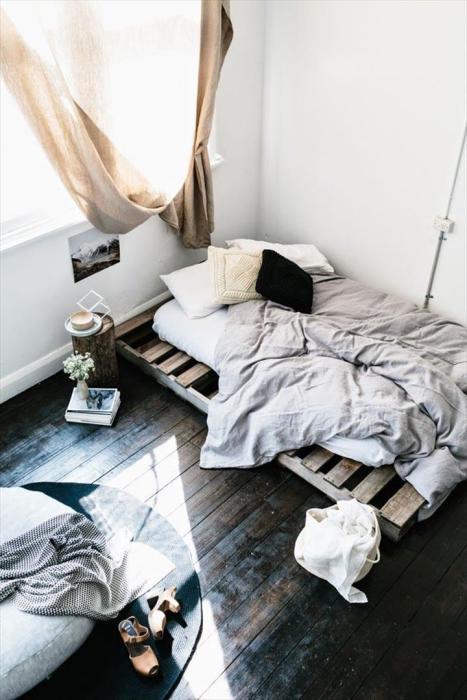 Большой популярностью пользуется идея создания каркасов кроватей из деревянных поддонов.