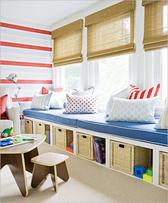 Хороший вариант разместить ящички для игрушек под удобным диваном.