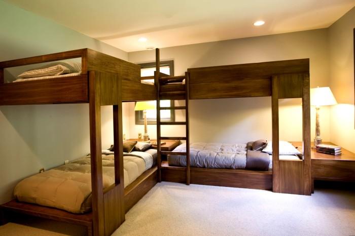 Необычное расположение двух двухъярусных кроватей и правильное освещение - идеальный вариант для современной спальной комнаты.