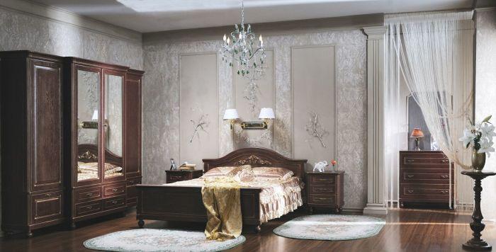 Оригинальная мебель в спальной комнате в строгом классическом стиле.