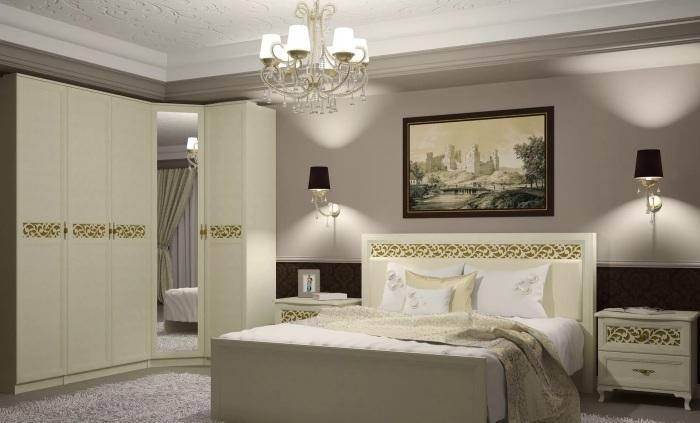 Гармоничное сочетание классической деревянной мебели с интерьером спальной комнаты.