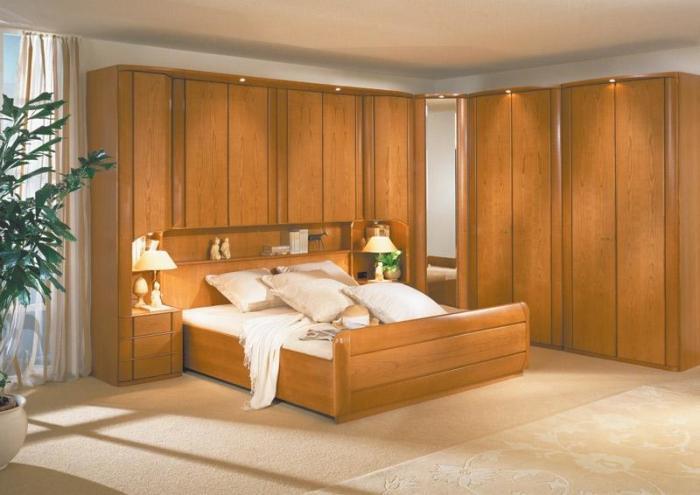 Мебель из натурального дерева отличает прочность и экологичность.