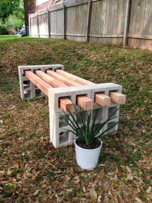 Из шлакоблоков и деревянных досок могут получится отличные лавочки, которые прекрасно подойдут для обустройства загородного участка.