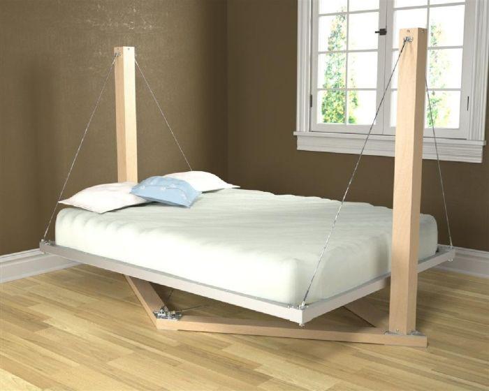 Подвесная кровать на простой деревянной конструкции хорошо впишется в интерьер в стиле хай-тек.